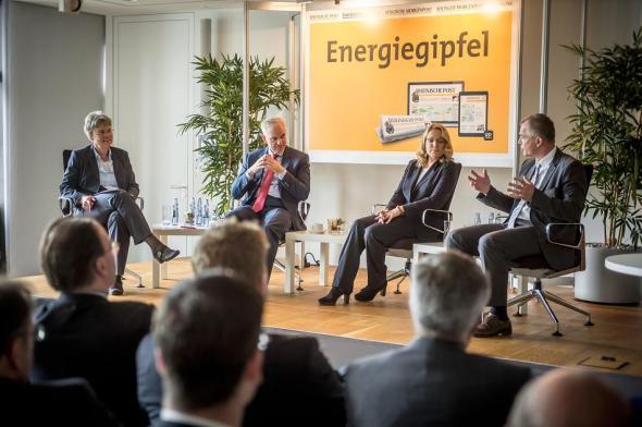 Gipfel der Glückseligkeit: RP-Wirtschaftschefin Antje Höning (l.) diskutierte beim Energiegipfel der Rheinischen Post mit Eon-Chef Johannes Teyssen, Energieexpertin Claudia Kemfert und NRW-Umweltminister Johannes Remmel (r.) über die Energiewende. FOTO: Endermann, Andreas